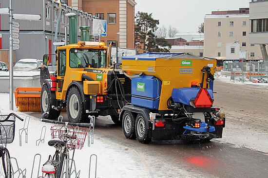 700x466_Lundberg_sweeping snow sweep_salting