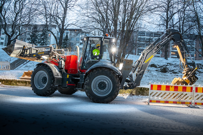 Tampereen_vera_using_Lännen_backhoe_loaders_on_urban_construction_and_maintenance_of_aerial_power_lines